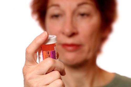 image of lady holding statin drugs